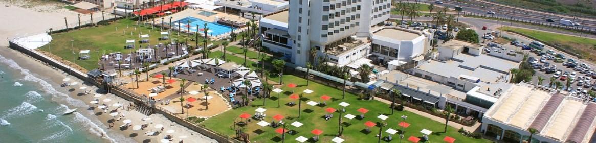 מדשאות ענק ומרחבי שיזוף הנושקים לחוף הים הסמוך למלון